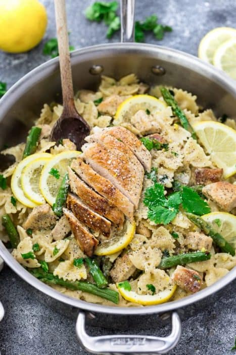 Lemon Chicken Asparagus Pasta – this recipe makes the perfect easy 30 minute meal for busy weeknights. Best of all, so simple to customize and full of bright spring flavors!