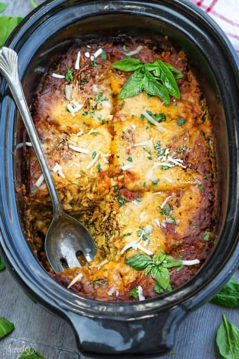 Slow Cooker Cheesy Spinach Lasagna - makes the perfect comforting meatless meal. Best of all, this healthy recipe cooks up all in the crock-pot!